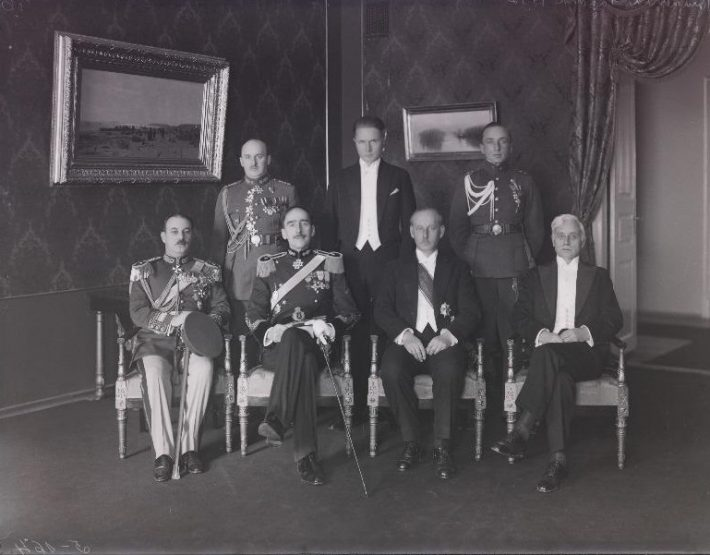 Romanian envoy Prince Mihail Sturdza presents his credentials to Estonian Head of State Karl Einbund. Seated, from the left: Member of the Romanian Embassy, envoy Mikhail Sturdza, State Elder Karl Einbund, and Minister of Foreign Affairs Mihkel Pung. Standing: Ludvig Jakobsen, Senior Adjutant of the State Elder, Artur Tuldava, Chief of Protocol, and Leonhard Teder, Junior Adjutant of the State Elder. Photo: Estonian National Archives
