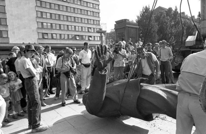 Taking down the statue of Lenin in front of the building of the Central Committee of the Estonian Communist Party (now the Ministry of Foreign Affairs). Photo: Archives of the Estonian Ministry of Foreign Affairs / Peeter Langovits