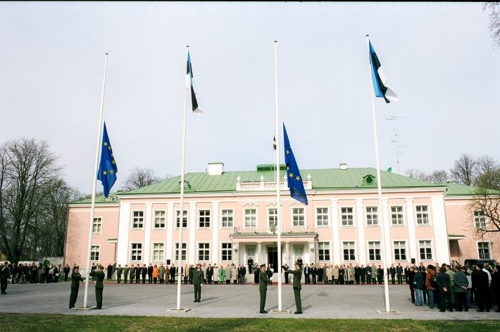 Hoisting of the flag of the European Union in Tallinn Kadriorg in front of the Office of the President of the Republic of Estonia. Photo: the Office of the President of the Republic of Estonia